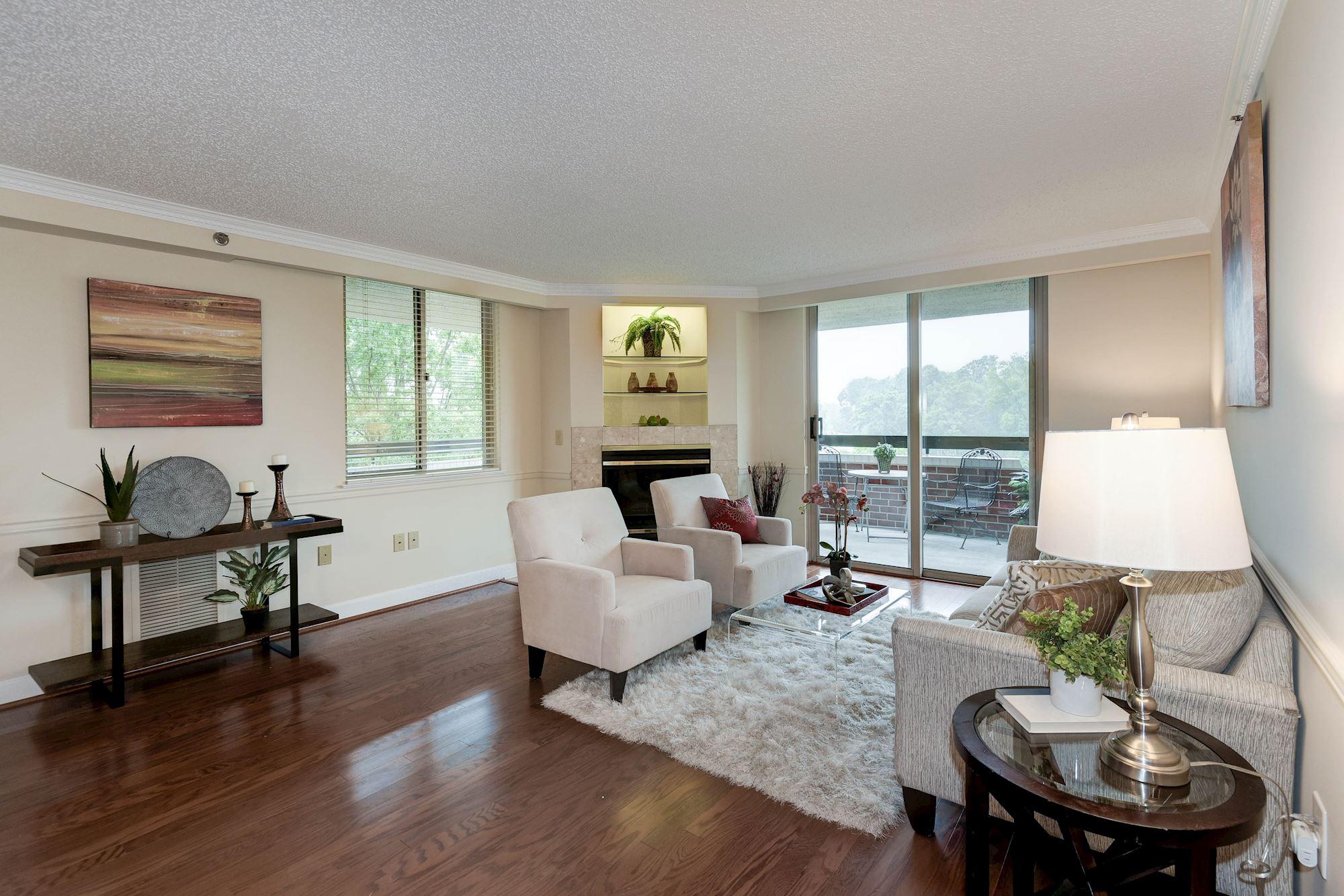 Sunny Living Room Wnew Hdwd Floor